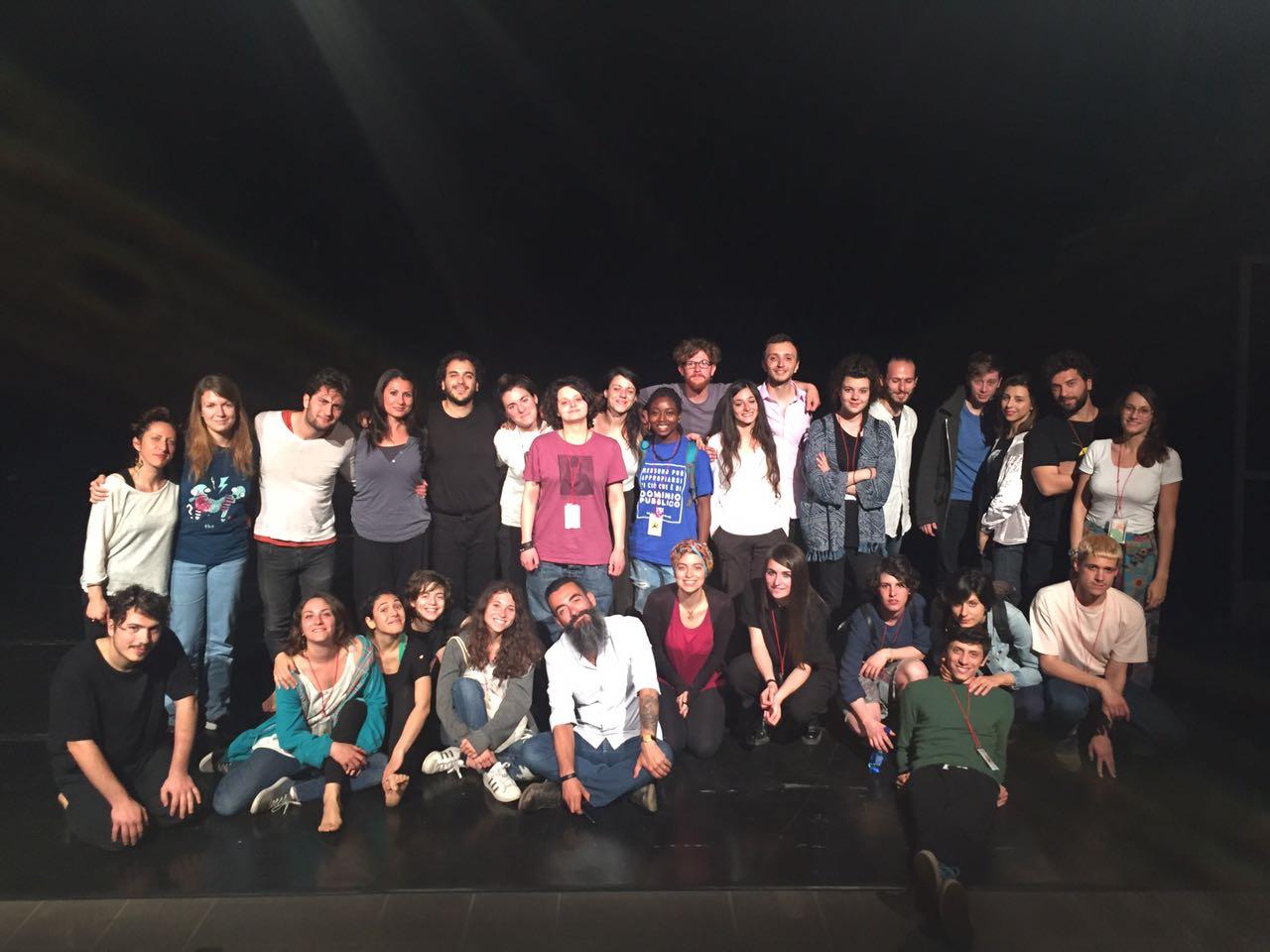 Foto di gruppo delle compagnie con Konsulta, direzione artistica e Giulio Sonno dopo gli esiti del progetto Cantieri